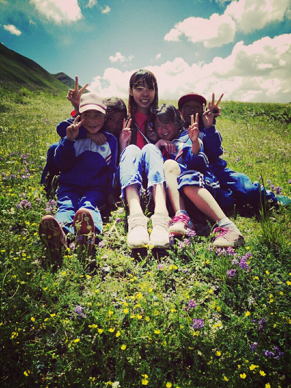 在附近的小山坡上摘花編織、跳舞。